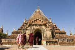 Bagan,缅甸, 2017年12月28日:佛教新手在Bagan参观一个寺庙 免版税库存照片