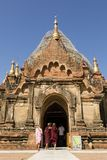 Bagan,缅甸, 2017年12月28日:佛教新手在Bagan参观一个寺庙 免版税库存图片