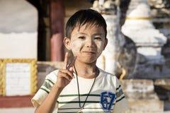 Bagan,缅甸, 2017年12月29日:有田中的英俊的男孩面孔的在Bagan 免版税图库摄影