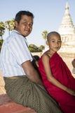 Bagan,缅甸, 2017年12月29日:父亲和儿子作为一个佛教新手在Bagan 免版税库存照片