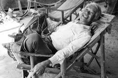 Bagan,缅甸, 2017年12月27日:老人在扶手椅子恢复 图库摄影