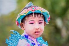 Bagan,缅甸:节日队伍的Unidentify缅甸孩子 库存照片