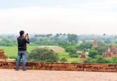 BAGAN,缅甸- 2016年12月1日:一个人在风景的背景中 复制文本的空间 免版税库存照片