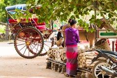 BAGAN,缅甸- 2016年12月1日:在城市街道上的教练 复制文本的空间 图库摄影