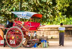 BAGAN,缅甸- 2016年12月1日:在城市街道上的教练 复制文本的空间 库存图片
