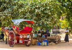 BAGAN,缅甸- 2016年12月1日:在城市街道上的教练 复制文本的空间 库存照片