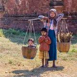 BAGAN,缅甸- 2014年11月26日:一未认出的缅甸woma 库存图片