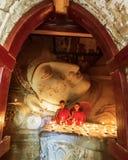 BAGAN,缅甸- 2015年2月20日:东南亚年轻矮小的Budd 库存照片