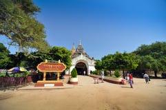 Bagan,缅甸- 2013年10月9日:佛教人参观阿南达寺庙 免版税库存照片