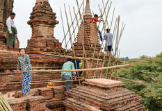 BAGAN,缅甸2016年9月12日:修造有竹子的缅甸人民一个脚手架损坏的寺庙的在earthquak以后 免版税图库摄影