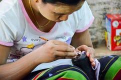 BAGAN,缅甸2016年9月12日:做lacquerware盘的缅甸人民在老Bagan的一家地方工厂 库存图片