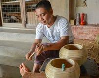 BAGAN,缅甸2016年9月12日:做lacquerware盘的缅甸人民在老Bagan的一家地方工厂 免版税库存图片