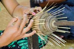 BAGAN,缅甸2016年9月12日:做lacquerware盘的缅甸人民在老Bagan的一家地方工厂 库存照片