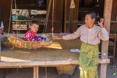BAGAN,缅甸- 2014年11月28日:未认出的儿童游戏 免版税库存照片