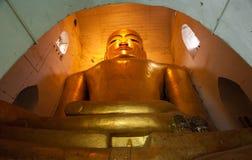 BAGAN,缅甸- 5月4 :在古老塔里面的菩萨雕象 免版税库存照片