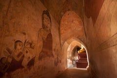 BAGAN,缅甸- 5月4 :在古老塔里面的菩萨雕象 库存照片