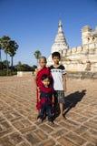 Bagan, Мьянма, 29-ое декабря 2017: Молодой буддийский послушник с 2 друзьями в Bagan Стоковое Фото