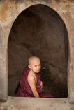 BAGAN, МЬЯНМА - 4-ОЕ МАЯ: Неопознанные молодые послушники буддизма молят Стоковая Фотография RF