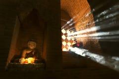 BAGAN, МЬЯНМА - 20-ОЕ ФЕВРАЛЯ: Маленький монах молит на виске на Februar Стоковое Изображение