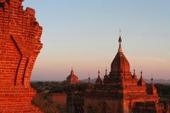 塔和寺庙在日落在Bagan 免版税库存图片