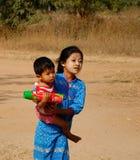 农村路的孩子在Bagan,缅甸 库存照片