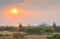 小组古老塔在日落的Bagan 库存图片