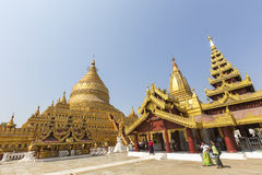 BAGAN - 20 FÉVRIER 2015 : Pagoda de Shwezigon de la visite de la femme birmanne dessus Photographie stock