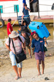 BAGAN, MIANMAR - 1ER DÉCEMBRE 2016 : Les touristes vont à terre, la Birmanie vertical Photos libres de droits