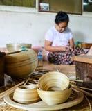 BAGAN, MYANMAR 12 ΣΕΠΤΕΜΒΡΊΟΥ 2016: Βιρμανοί λαοί που κάνουν lacquerware τα πιάτα σε ένα τοπικό εργοστάσιο σε παλαιό Bagan Στοκ Φωτογραφία