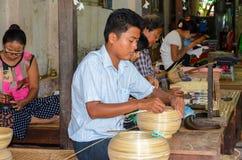 BAGAN, MYANMAR 12 ΣΕΠΤΕΜΒΡΊΟΥ 2016: Βιρμανοί λαοί που κάνουν lacquerware τα πιάτα σε ένα τοπικό εργοστάσιο σε παλαιό Bagan Στοκ Εικόνα