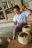BAGAN, MYANMAR 12 ΣΕΠΤΕΜΒΡΊΟΥ 2016: Βιρμανοί λαοί που κάνουν lacquerware τα πιάτα σε ένα τοπικό εργοστάσιο σε παλαιό Bagan Στοκ φωτογραφία με δικαίωμα ελεύθερης χρήσης