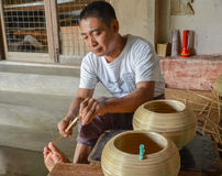 BAGAN, MYANMAR 12 ΣΕΠΤΕΜΒΡΊΟΥ 2016: Βιρμανοί λαοί που κάνουν lacquerware τα πιάτα σε ένα τοπικό εργοστάσιο σε παλαιό Bagan Στοκ εικόνα με δικαίωμα ελεύθερης χρήσης