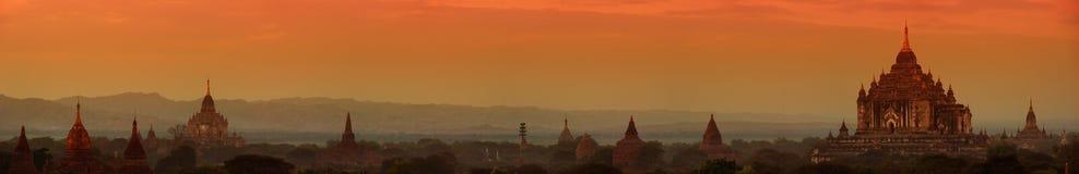 Bagan Myanmar, Burma Bred panorama av forntida buddistiska tempel Royaltyfri Foto