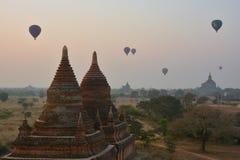 BAGAN, MYANMAR - 16 DE FEBRERO DE 2016: Vuelo de los balones de aire sobre BaganBAGAN, MYANMAR - 16 DE FEBRERO DE 2016: Vuelo de  foto de archivo libre de regalías