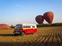 Bagan, Myanmar - 26 de janeiro de 2015: Balões sobre o vintage s de Bagan Fotos de Stock