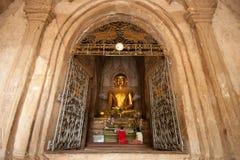 BAGAN, MYANMAR - 4 DE MAIO: Estátua da Buda dentro do pagode antigo Foto de Stock Royalty Free