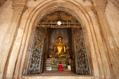 BAGAN, MYANMAR - 4 DE MAYO: Estatua de Buda dentro de la pagoda antigua Foto de archivo libre de regalías