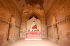 BAGAN, MYANMAR - 4 DE MAYO: Estatua de Buda dentro de la pagoda antigua Imagenes de archivo