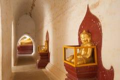 BAGAN, MYANMAR - 4 DE MAYO: Estatua de Buda dentro de la pagoda antigua en M Imagenes de archivo