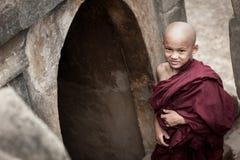 BAGAN, MYANMAR - 4 DE MAYO: Los novatos jovenes no identificados del budismo ruegan Imágenes de archivo libres de regalías