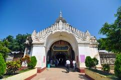 Bagan, Myanmar - 9 de octubre de 2013: Templo budista de Ananda de la visita de la gente foto de archivo