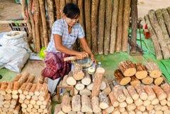 BAGAN, MYANMAR 12 DE SETEMBRO DE 2016: Mulher burmese não identificada que prepara tanaka, o pó de cara natural tradicional de My Imagem de Stock