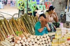 BAGAN, MYANMAR 12 DE SETEMBRO DE 2016: Mulher burmese não identificada que prepara tanaka, o pó de cara natural tradicional de My Fotografia de Stock