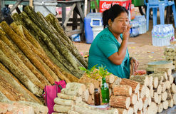 BAGAN, MYANMAR 12 DE SETEMBRO DE 2016: Mulher burmese não identificada que prepara tanaka, o pó de cara natural tradicional de My Imagens de Stock