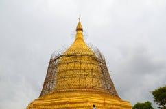BAGAN, MYANMAR 12 DE SETEMBRO DE 2016: Povos burmese que constroem um andaime com bambu para os templos danificados após um earth Fotografia de Stock Royalty Free