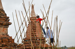 BAGAN, MYANMAR 12 DE SETEMBRO DE 2016: Povos burmese que constroem um andaime com bambu para os templos danificados após um earth Fotografia de Stock