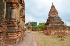 BAGAN, MYANMAR 12 DE SETEMBRO DE 2016: Povos burmese que constroem um andaime com bambu para os templos danificados após um earth Foto de Stock Royalty Free
