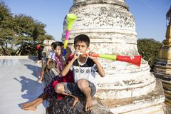Bagan, Myanmar, 29 December, 2017: Groep kinderen die lawaai met Vuvuzelas maken stock foto