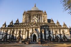 Bagan, Myanmar, 29 December, 2017: Na een aardbeving, een beschadigde oude Pagode Stock Foto