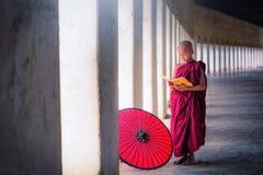 Bagan, Myanmar, el 9 de diciembre de 2017: Monje budista joven le del novato fotos de archivo
